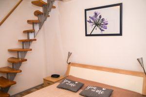 Schlafzimmer mit Raumspartreppe